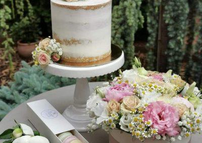 torta és virág egymásra hangolva